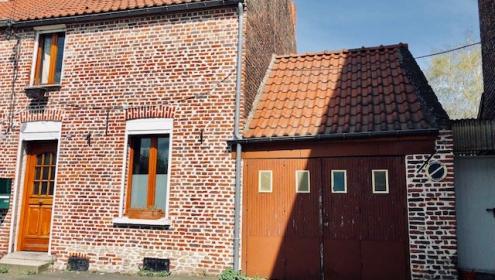 Maison de village semi-individuelle avec garage.
