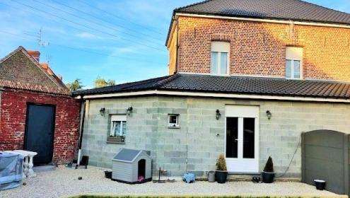 Maison semi-individuelle avec garage, entièrement rénovée.