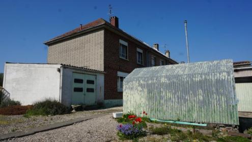 Maison semi-individuelle avec garage et grand jardin