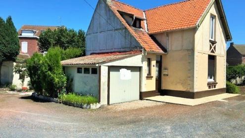 Maison individuelle sur 1200m2 de terrain avec 2 garages.