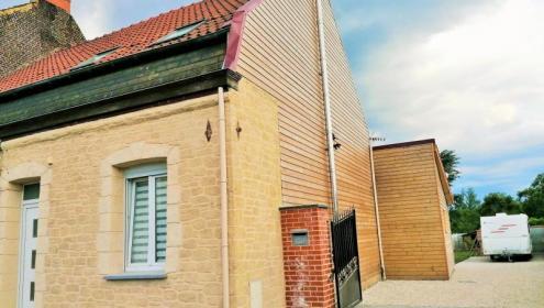 Maison semi-individuelle entièrement rénovée.